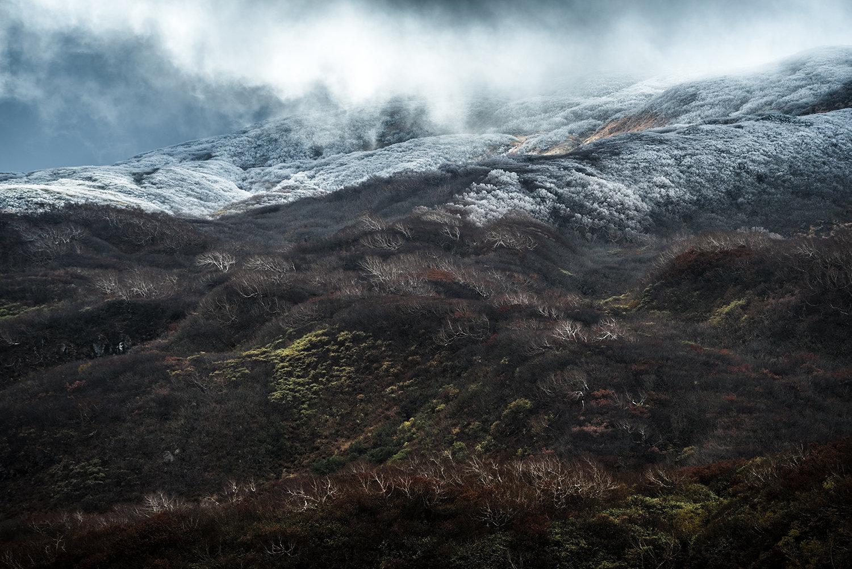 雪降る鳥海山